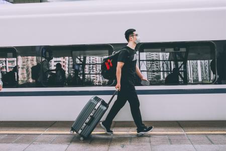 春节返乡赶地铁的人