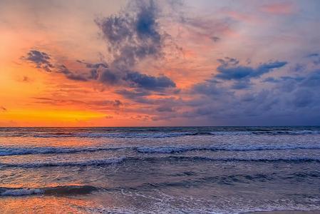 海,日落,云。