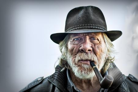 一个管子,一顶帽子,一个老人,一幅肖像