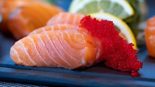 鲜美三文鱼刺青搭配鱼子酱