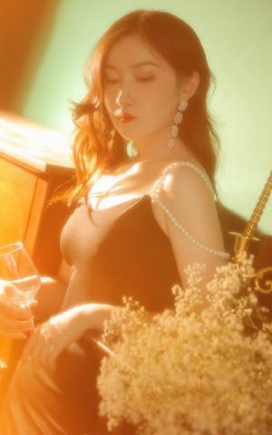 性感美女黑色吊带裙复古写真