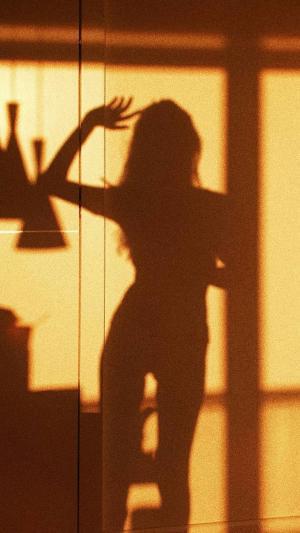 影子下傲人身材的美女