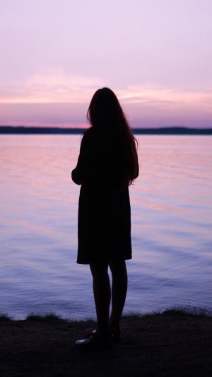 夕阳下美少女的绝美背影