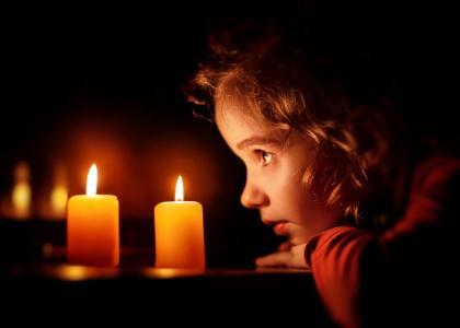 房间,晚上,表,蜡烛,烧伤,女孩,看,悲伤