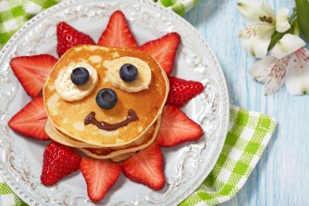 创意,积极,板,薄煎饼,草莓,浆果,香蕉,巧克力,餐巾,鲜花,百合,笑脸