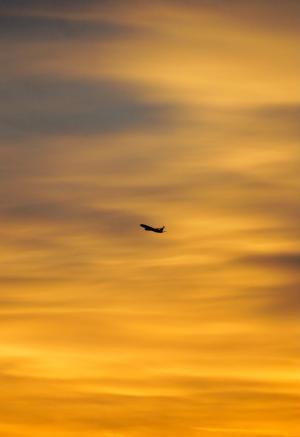 黄昏下的飞机