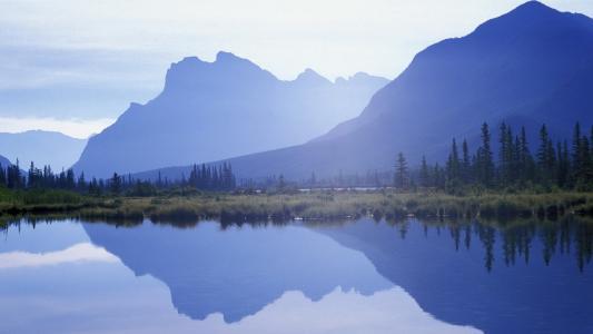 蓝色的山,镜子水,枞树