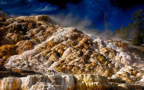 猛犸温泉,天空,怀俄明州,怀俄明州,温泉,美国,黄石国家公园,树木