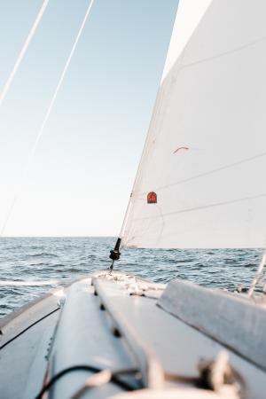 鼓荡有力的海上风帆