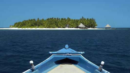 船,黑暗的水,幸福的小岛