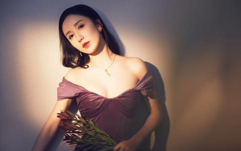 娄艺潇性感迷人抹胸裙