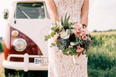 唯美新娘鲜花手捧
