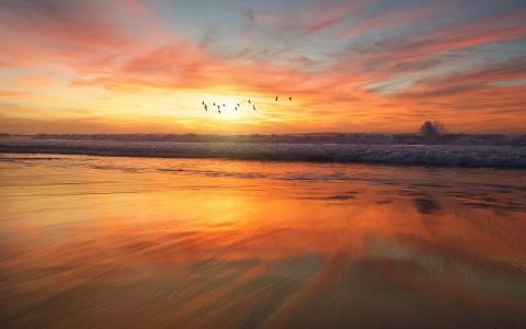 黄昏下迷人的大海风光