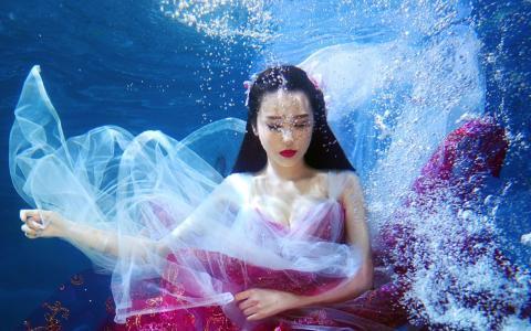罗秋韵水中迷人性感写真