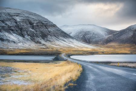 天空,云,湖,山,路,水坝,汽车,草,雪