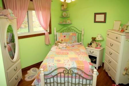 房子和舒适,窗口,美丽,儿童房,路边石,玩具,床罩