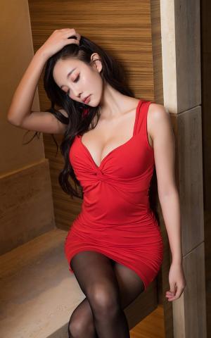 吊带V领低胸包臀短裙黑丝诱惑美女写真