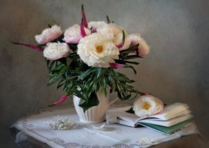 玛丽娜Orlova,餐桌,餐巾,水罐,鲜花,牡丹,书