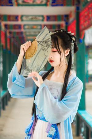 中国风汉服少女娇羞温婉写真