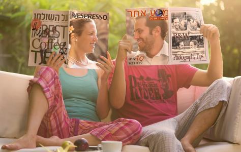 男人,女人,T恤,T恤,裤子,沙发,杂志