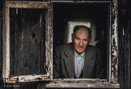 窗户,男人,一个人,五十岁