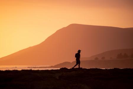 一个人远走他乡的图片