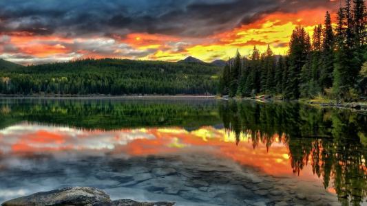 森林湖泊,森林,地平线上的山脉,黄昏