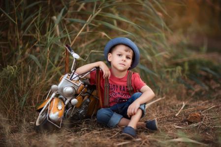 纳塔利娅Belyanskaya,孩子,男孩,帽子,t恤,牛仔裤,吊带,性质,草,玩具,摩托车