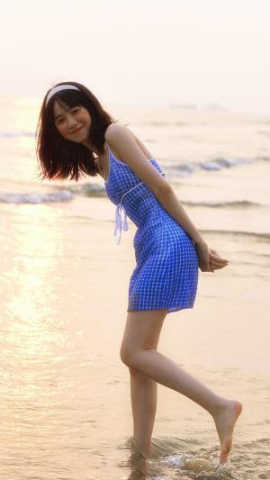 俏皮的美少女海边写真