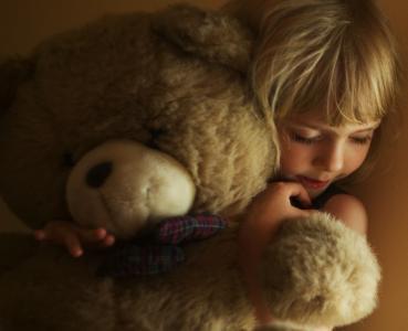 女孩,孩子,脸,金色的头发,手,拥抱,毛绒玩具,泰迪熊