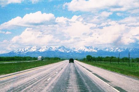天空,云,山,田野,公路,汽车
