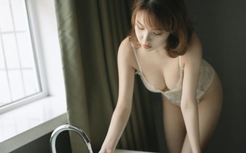 性感大胸美女浴室诱惑写真
