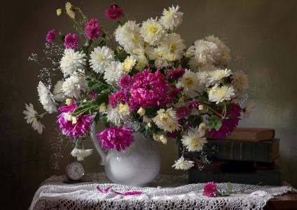 水罐,鲜花,紫苑,闹钟,手表,书籍