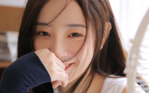 长发气质美女性感笑容诱人写真