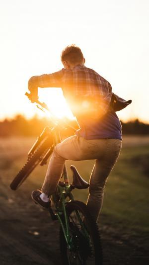 夕阳下的单车少年