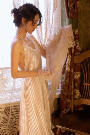 白皙美女裸背性感写真